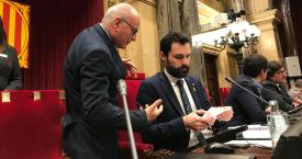 El presidente del Parlament, Roger Torrent, asistido por el secretario general de la Cámara, Xavier Muro / EUROPA PRESS