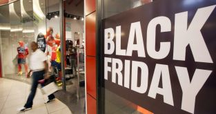 Un consumidor sale de un local durante el Black Friday / EFE