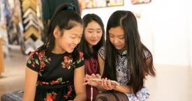 Adolescentes chinas utilizando sus smartphones / INVEST IN TEXAS INITIATIVE