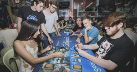 Jóvenes jugando a Magic: The Gathering / WIZARDS OF THE COAST
