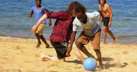 Partido de fútbol en la playa / ONE WORLD PLAY PROJECT
