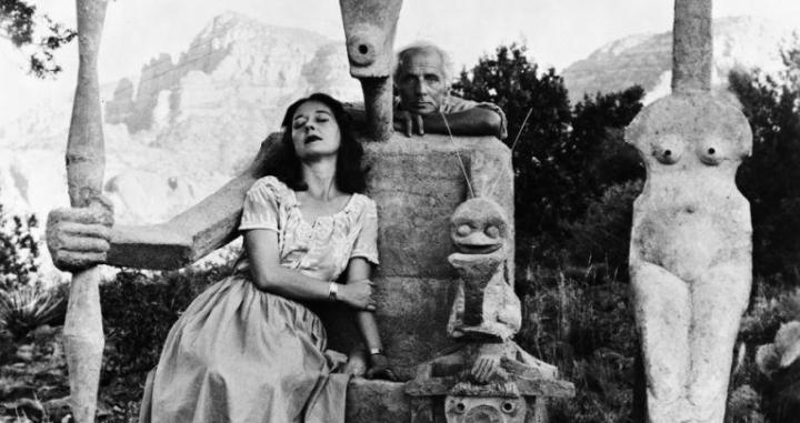 Dorothea Tanning and Max Ernst with his sculpture, Capricorn, 1947 / John Kasnetsis. Centre Pompidou Metz