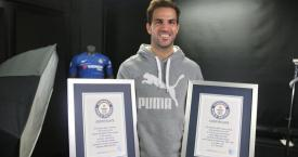 Cesc Fàbregas con sus dos récords Guinness / GUINNESS WORLD RECORDS