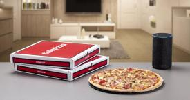 Una imagen de una pizza de Telepizza y un dispositivo de Amazon Alexa / CG