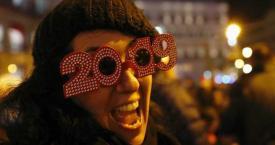 Una joven celebrando las 'preuvas' en la Puerta del Sol este domingo / EFE