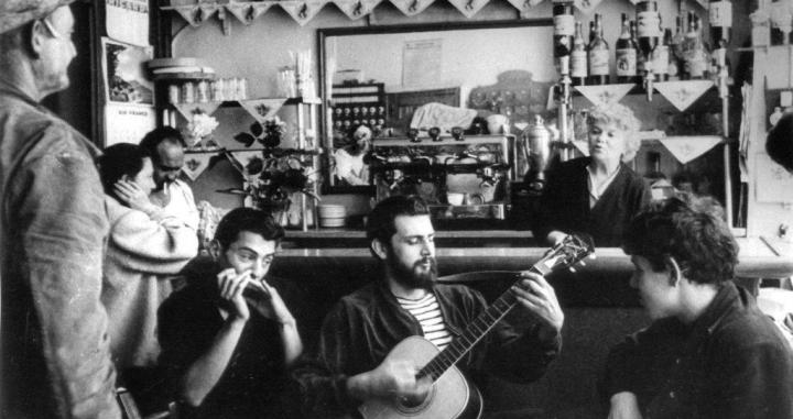 Un grupo de 'beatniks' en un bar de San Francisco