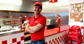 Daniel Agromayor, director general de Five Guys en España en el local que acaban de inaugurar en plaza Cataluña de Barcelona / CG