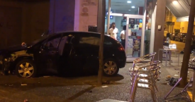 Captura del vídeo del lugar del atropello con el coche del conductor responsable estacionado frente al local / SER GIRONA