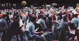 Decenas de parejas en un evento de speed dating / FEVER