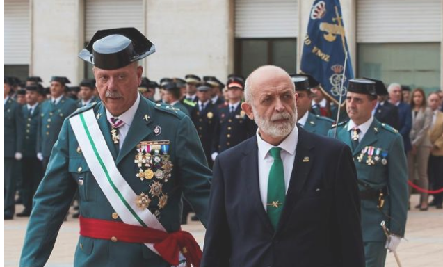 El general Garrido junto al director general de la Guardia Civil, Félix Vicente Azón / EFE