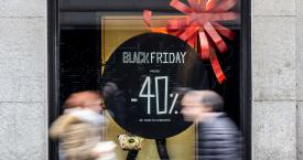 El escaparate de un comercio con rebajas por Black Friday / EFE