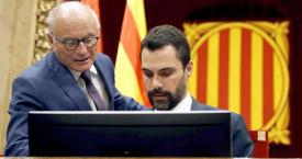El secretario general del Parlament, Xavier Muro (i), quien ha impedido que Quim Torra vote, junto al presidente de la Cámara, Roger Torrent / CG