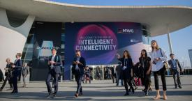 Vistantes del Mobile World Congress (MWC) en la entrada de Fira Barcelona / EUROPA PRESS