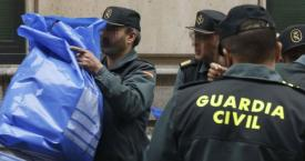 Agentes de la Guardia Civil incautan mascarillas / EFE