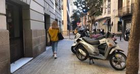 Motos aparcadas en una acera de Barcelona / EUROPA PRESS