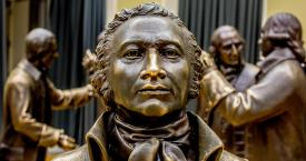 Escultura de Alexander Hamilton en el National Constitution Center de Estados Unidos